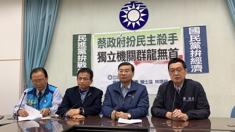立委費鴻泰(右1)今批評蔡政府扮「民主殺手」。圖/費鴻泰提供