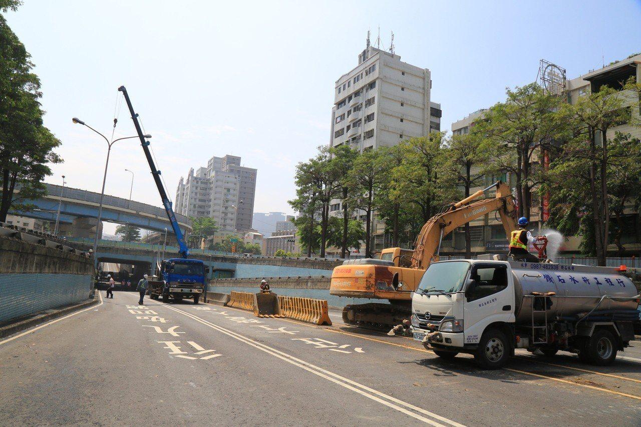 高雄市鐵路地下化後,市區陸橋已陸續拆除,中華路左營地下道也於今日開始動工填平。記...