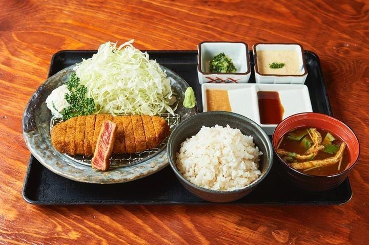 牛かつもと村招牌的炸牛排麥飯山藥泥套餐130g,在日本售價為1400日圓。圖/取...