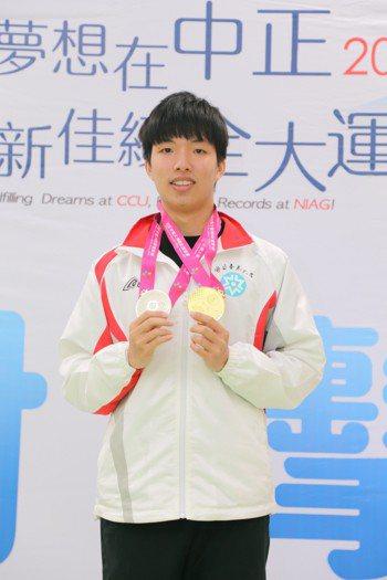台東大學一年級的陳宣佑男子十公尺空氣手槍摘金。圖/全大運提供