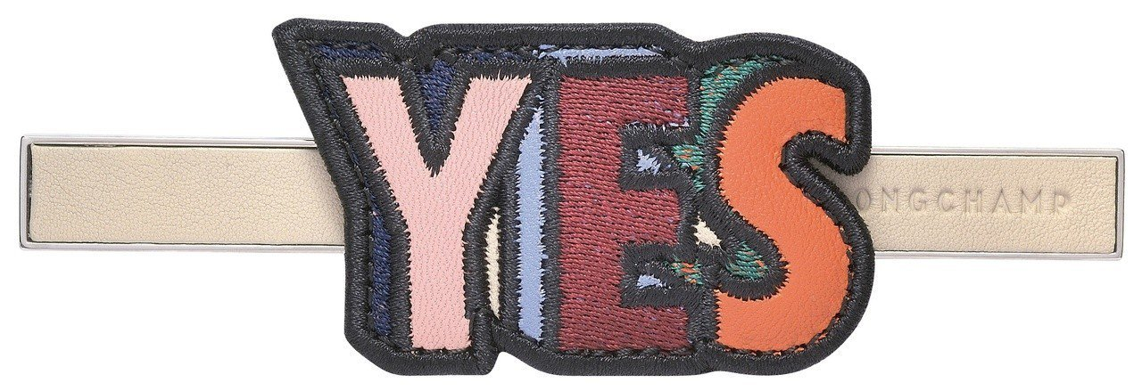 Game On黏土色YES袋蓋金屬釦,售價2,500元。圖/LONGCHAMP提...