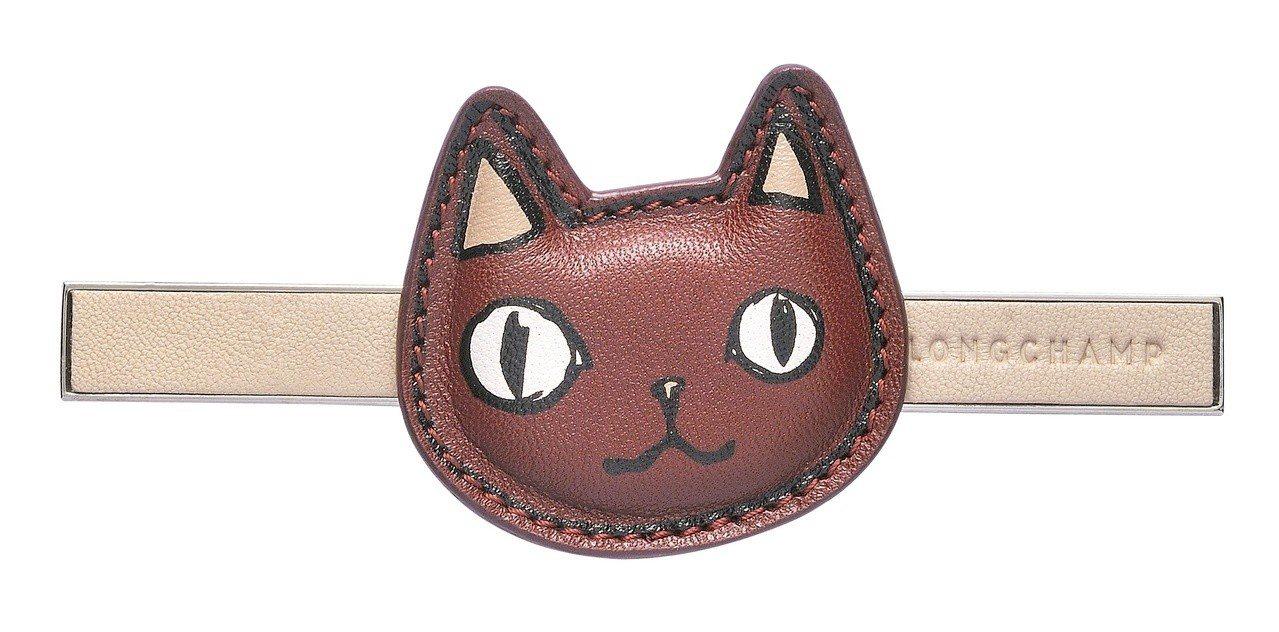 Game On淡紅色貓臉袋蓋金屬釦,售價2,500元。圖/LONGCHAMP提供