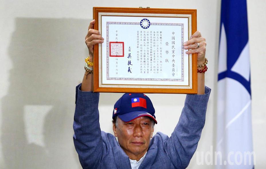 鴻海董事長郭台銘下午應邀出席中常會接受國民黨致贈榮譽狀。記者陳柏亨/攝影