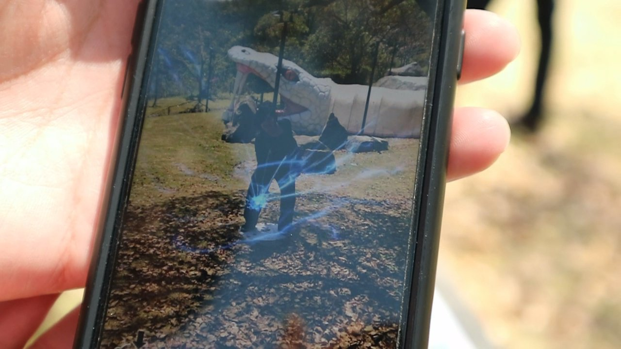 園區內導入AR技術,在指定位置掃描QR CODE,擺出火影忍者裡的經典動作拍照,...