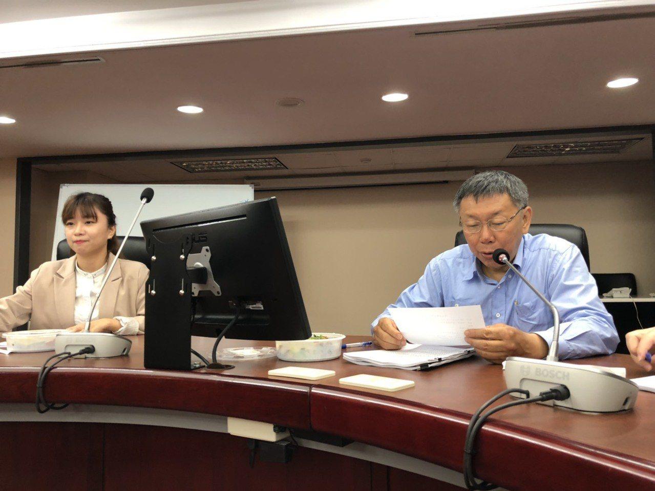 台北市長柯文哲中午前往市議會拜會時代力量黨團,由於柯文哲日前坦言遭「邊緣化」,拜...