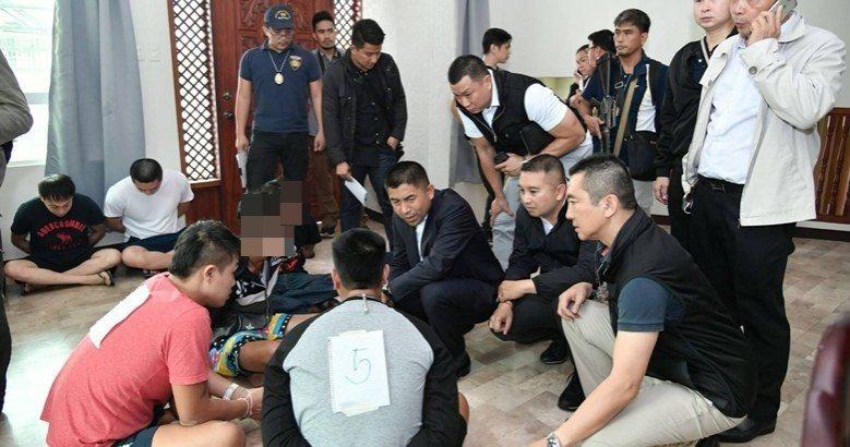 一個以台灣人為首的詐團機房專詐泰國人,去年在菲律賓被破獲,19名嫌犯中包括3名台...