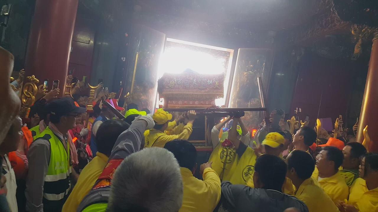 白沙屯媽祖鑾轎下午在信眾「進喔」的呼喊聲中,衝入拱天宮。記者胡蓬生/攝影