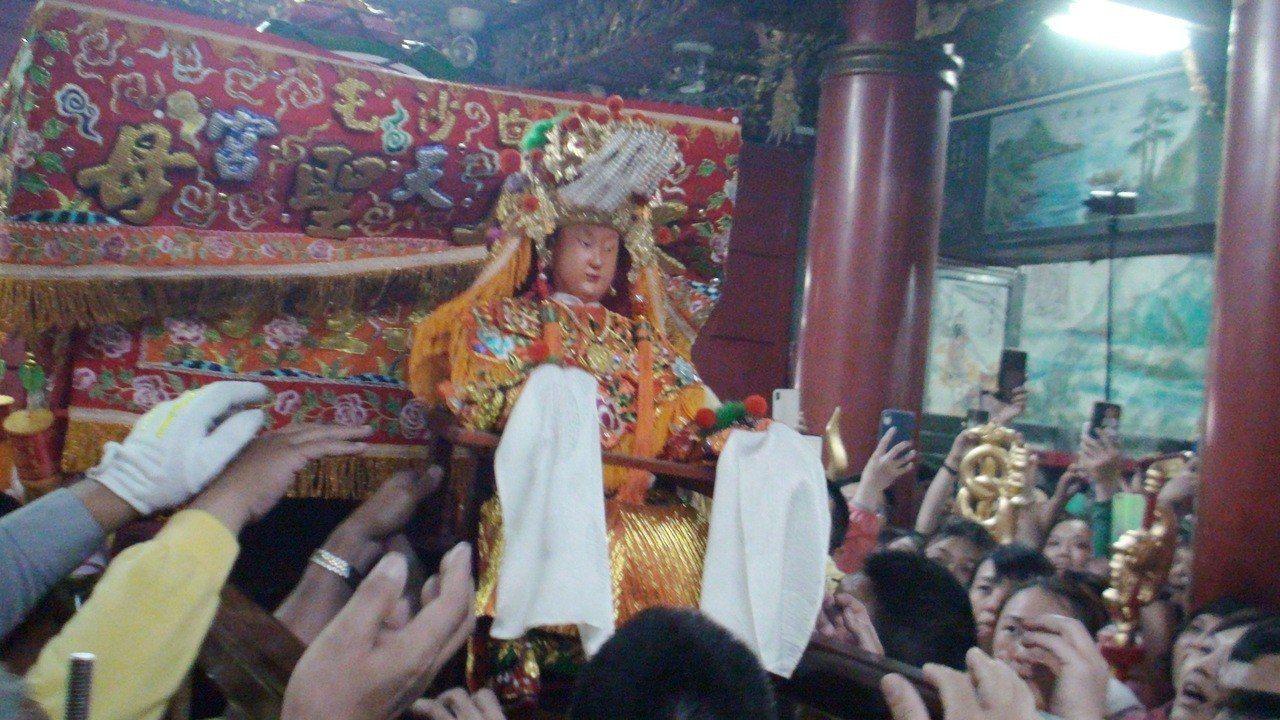白沙屯媽祖鑾轎下午回宮,軟身媽祖在信眾「進喔」的呼喊聲中安座。記者胡蓬生/攝影