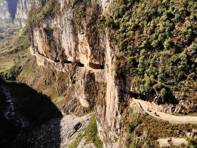 中國貴州西南部的畢節市山區,有一條沿山壁開鑿所建的公路,作為山區居民與市區的唯一...
