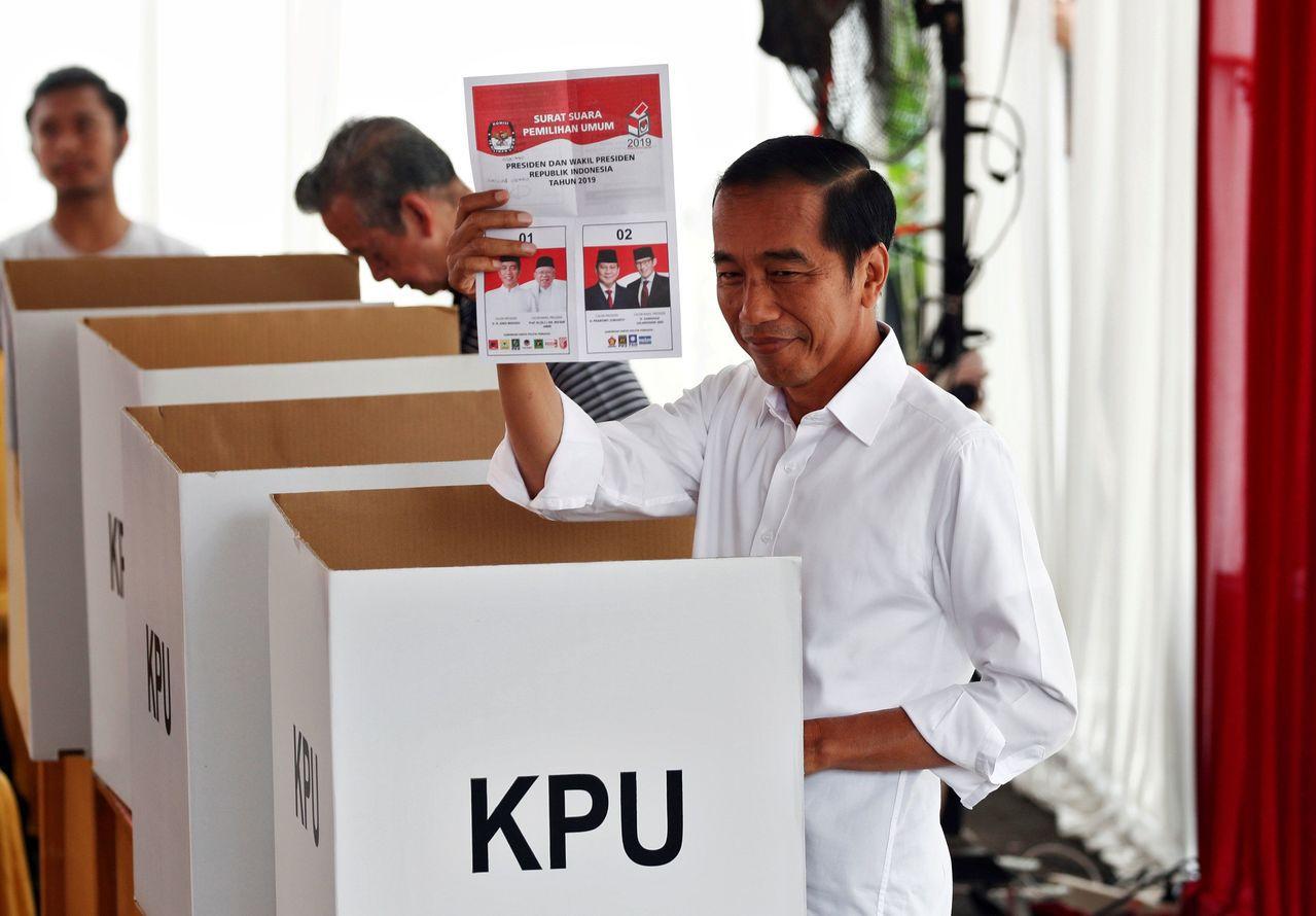 印尼現任總統佐科威前往投票。 路透