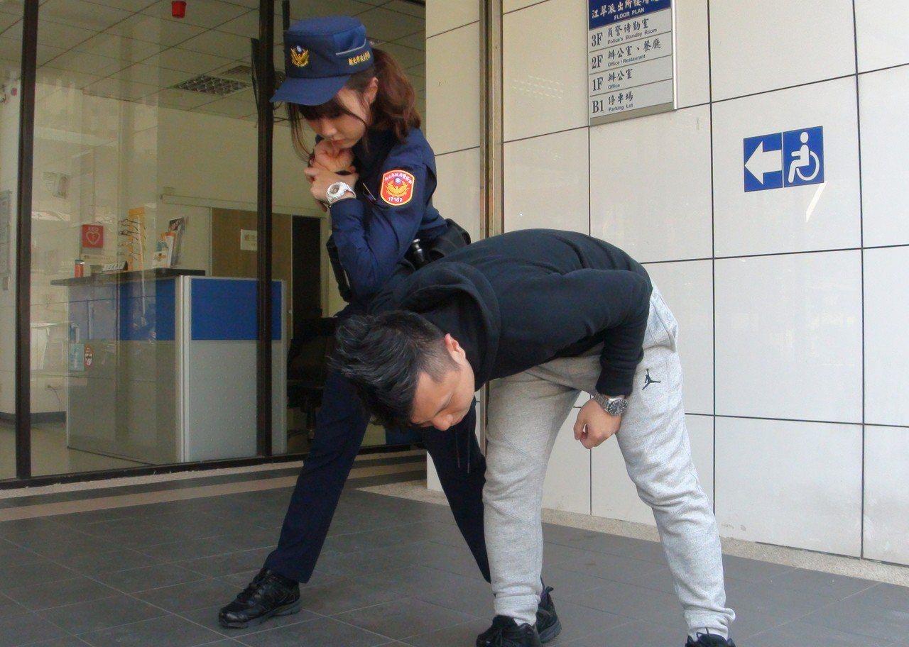 警察新制服明天登場,新北市保大有「警界梁詠琪」之稱的女警黃衣淳(左)希望能給民眾...