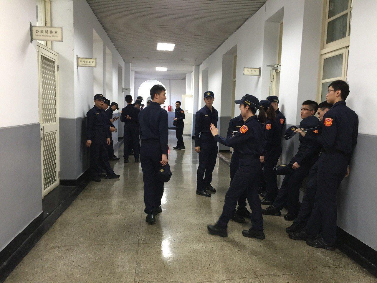 穿上新裝的年輕員警預演前聊天,對新制服多半顯得滿意。記者陳金松/攝影