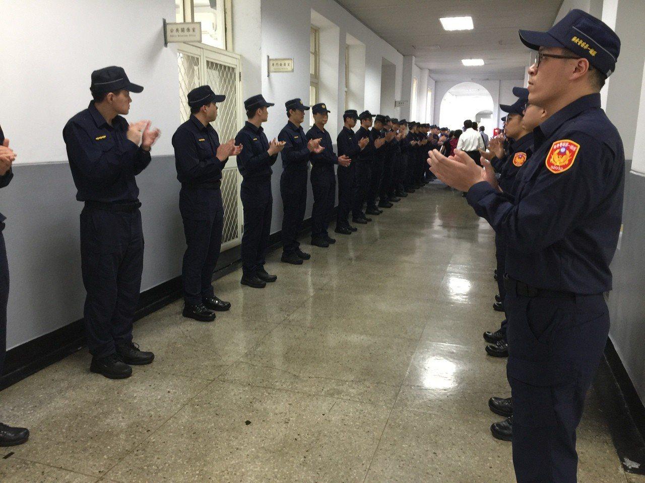 明天員警將穿著新制服,鼓掌歡迎總統蔡英文進場。記者陳金松/攝影