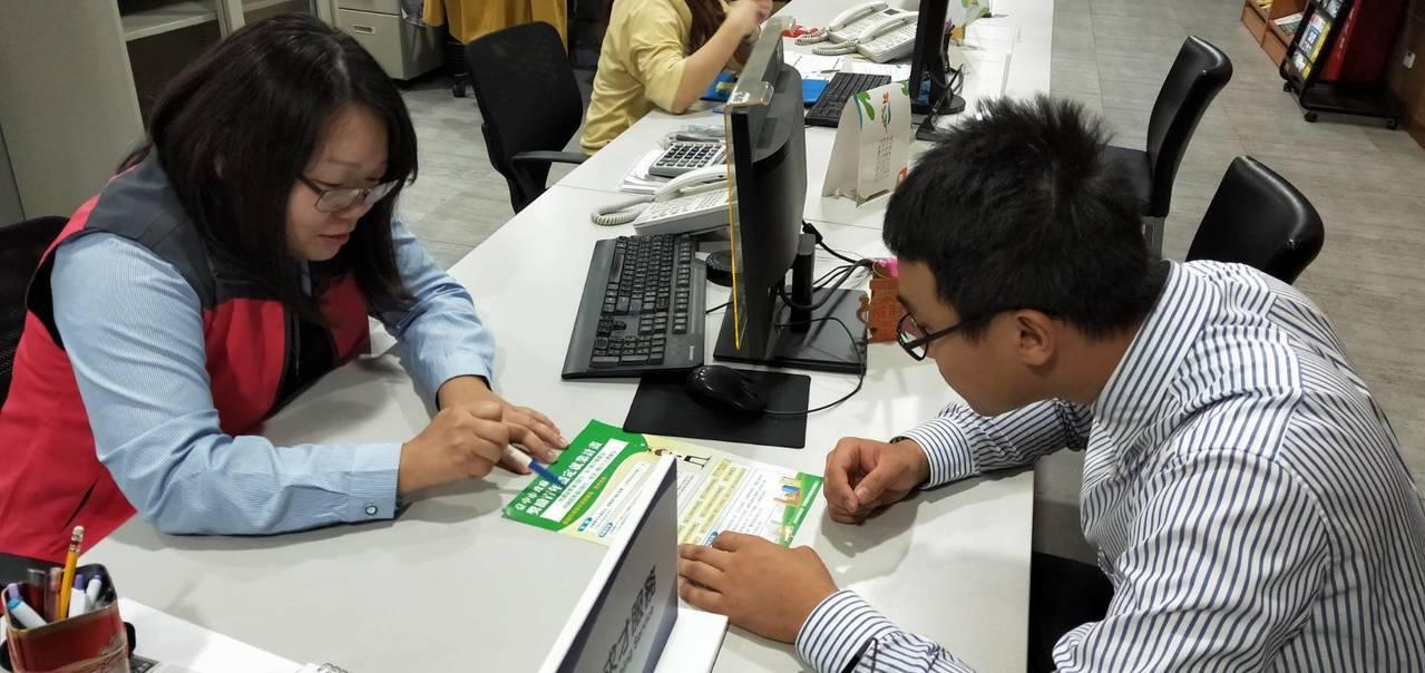 台中市長盧秀燕很關心勞工權益,因中連解雇的員工,台中市解僱人數297人,為各縣市...