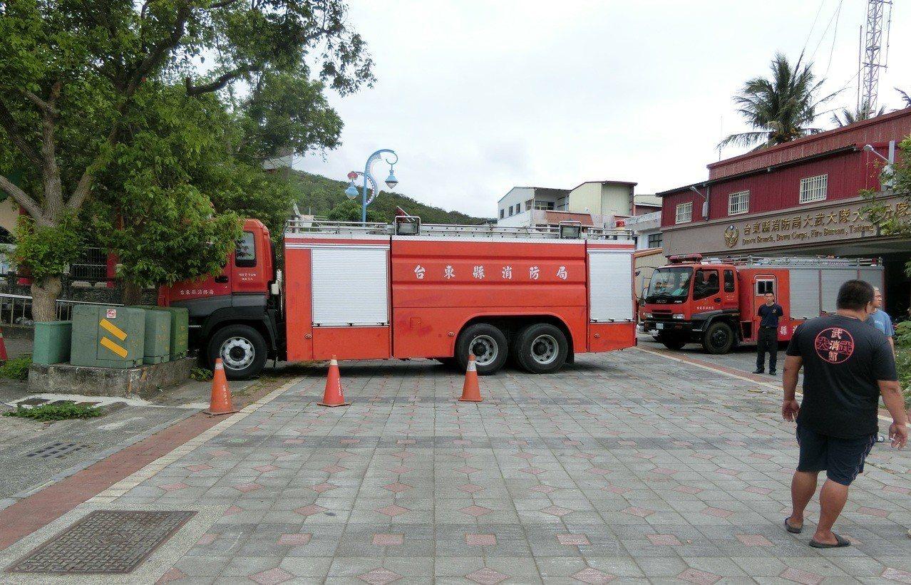 台東縣消防局大武消防分隊一輛停放分隊前的消防車,疑車輛故障,整輛車往前移動撞上變...