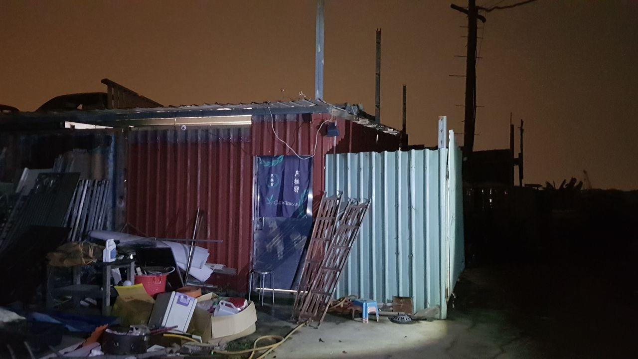 五股垃圾山範圍內鐵皮屋藏有職業賭場,警方搜索逮捕25人。記者林昭彰/翻攝