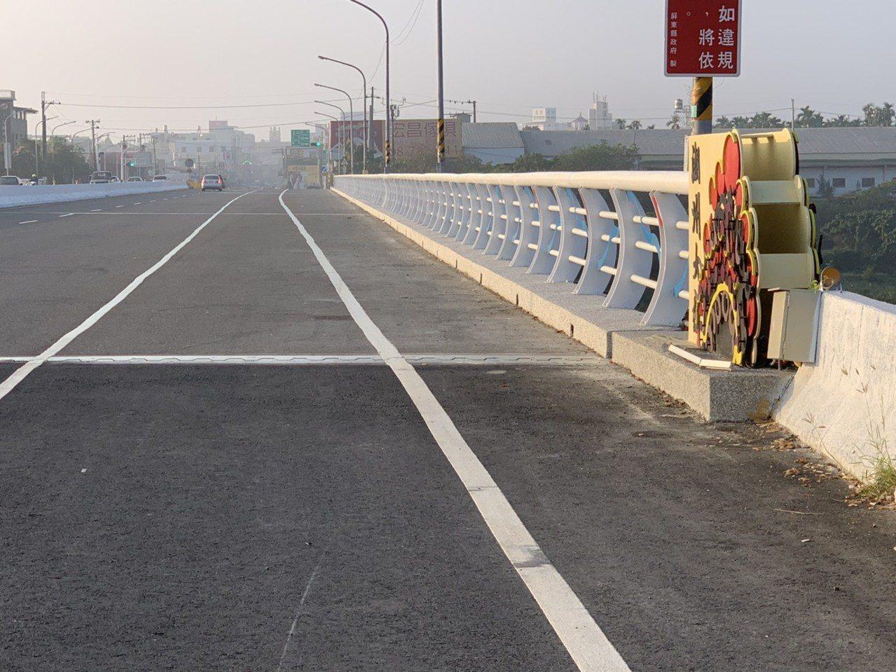 潮州大橋護欄經改善後,不但安全提升,還加入潮州戲曲元素。圖/屏東縣政府提供