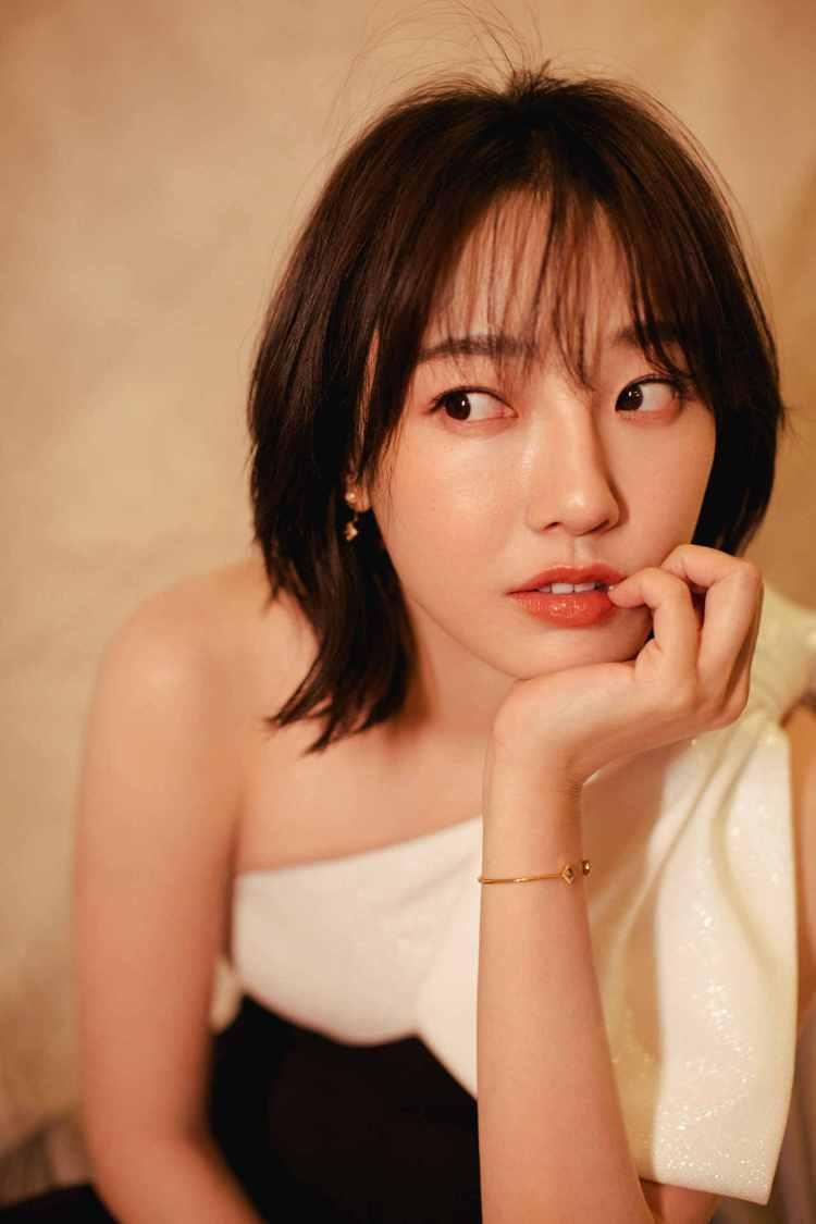 女星白百何現身北京國際電影節開幕式,搭配了De Beers同一系列的耳環、戒指和...