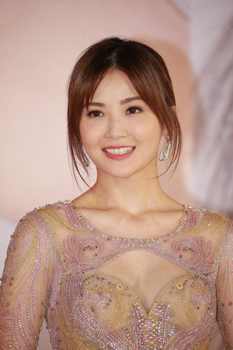蔡卓妍雖以透膚的紗質禮服,現身香港電影金像獎紅毯,不過卻混搭了可愛風格的Chau...
