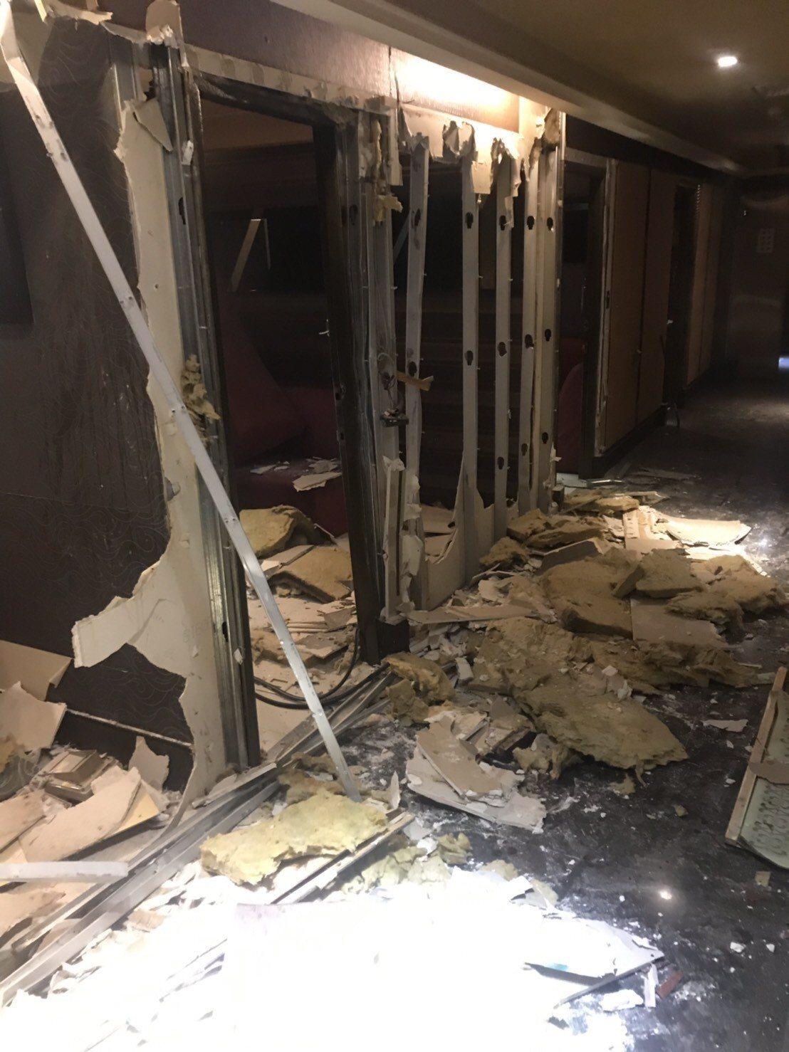 北市觀傳局今天下午立刻指揮建管處拆除大隊,將中山區「LV旅店」全部拆除,轄區警方...