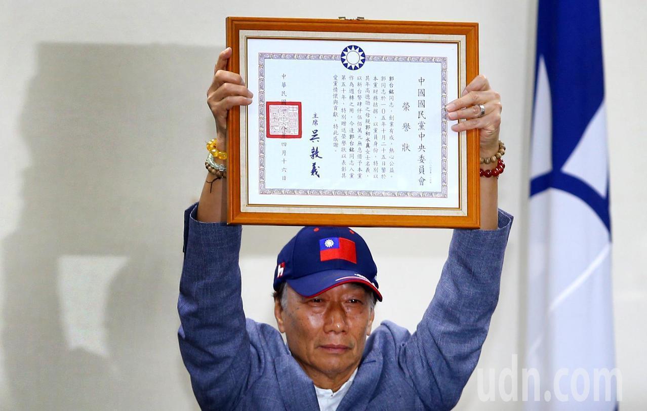 鴻海董事長郭台銘今天下午應邀出席中常會接受國民黨致贈榮譽狀。記者陳柏亨/攝影