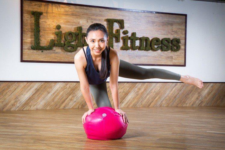 輕適能UGI Ball馬卡龍藥球課程訓練核心肌群。圖/輕適能提供