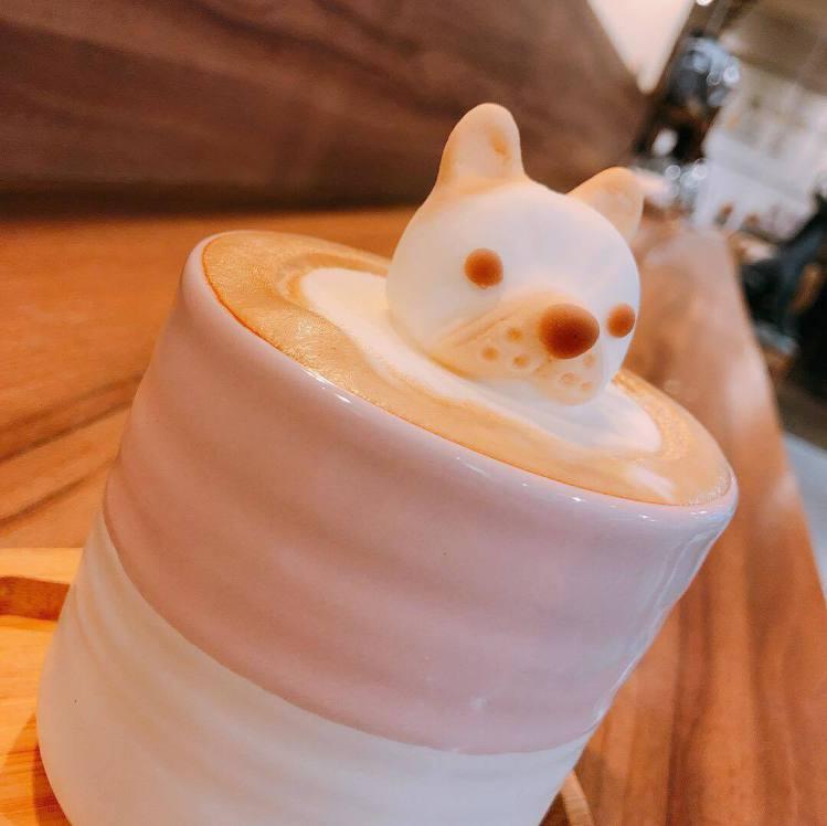 棉花糖「法鬥拿鐵」狗狗探頭。圖/Labu café 提供