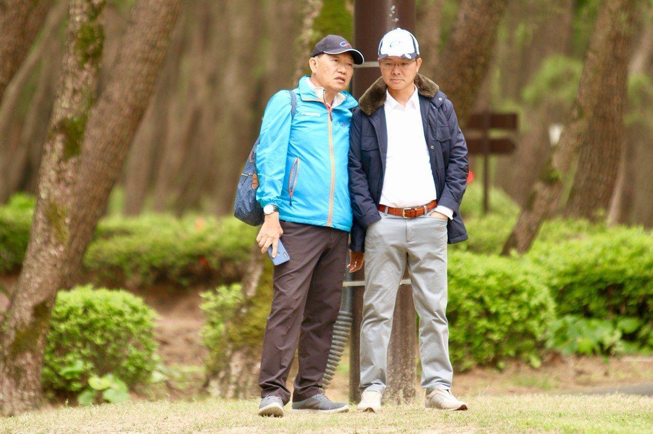 中華民國高爾夫協會理事長王政松(右)與副理事長朱從榮(左)為選手加油。圖/中華高...