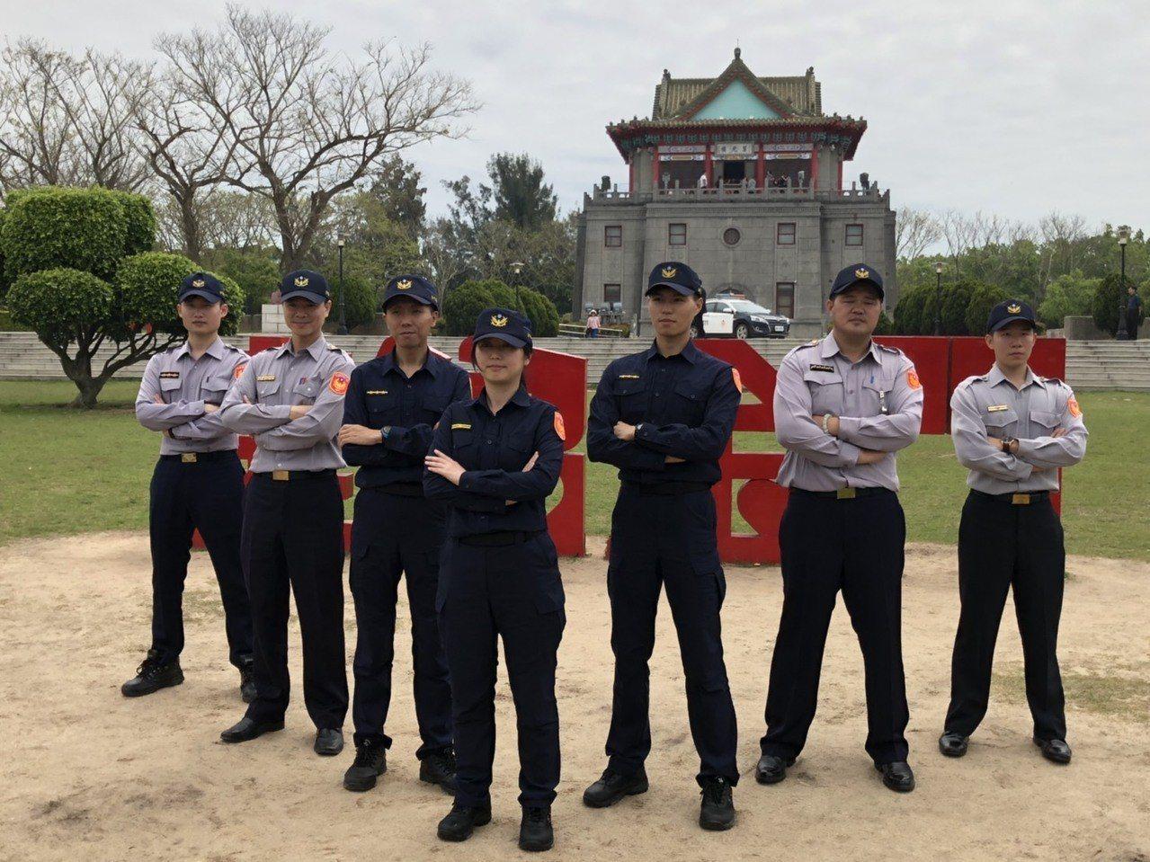 全國警察將於明天上午8時全面換穿新制服,金門的波麗士大人今選在著名地標「莒光樓」...