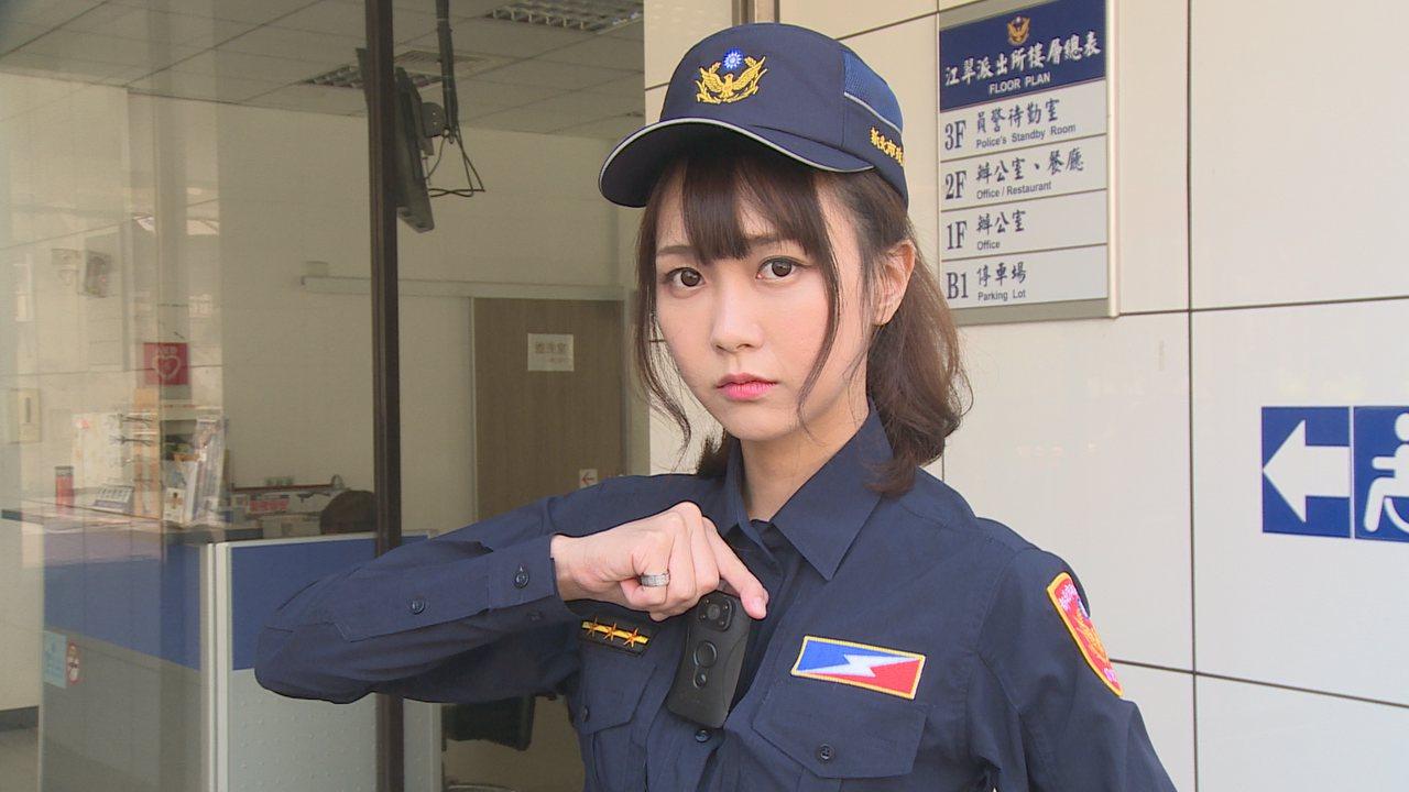「密錄器有家了」!新式制服有設計密錄器插槽。記者謝育炘/攝影