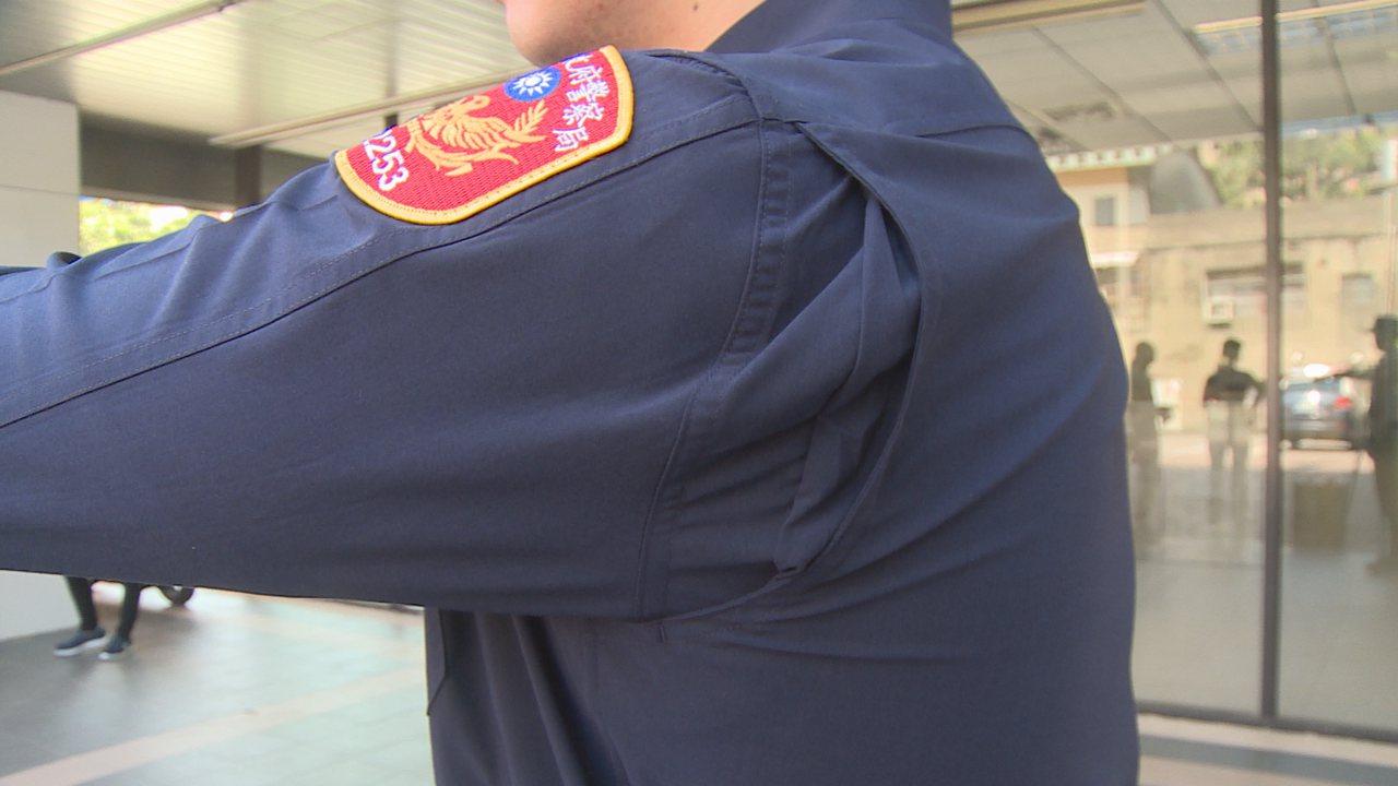 4月18日全國警察同步換裝新制服,新制服的腋下有特別設計,動作不卡卡。記者謝育炘...