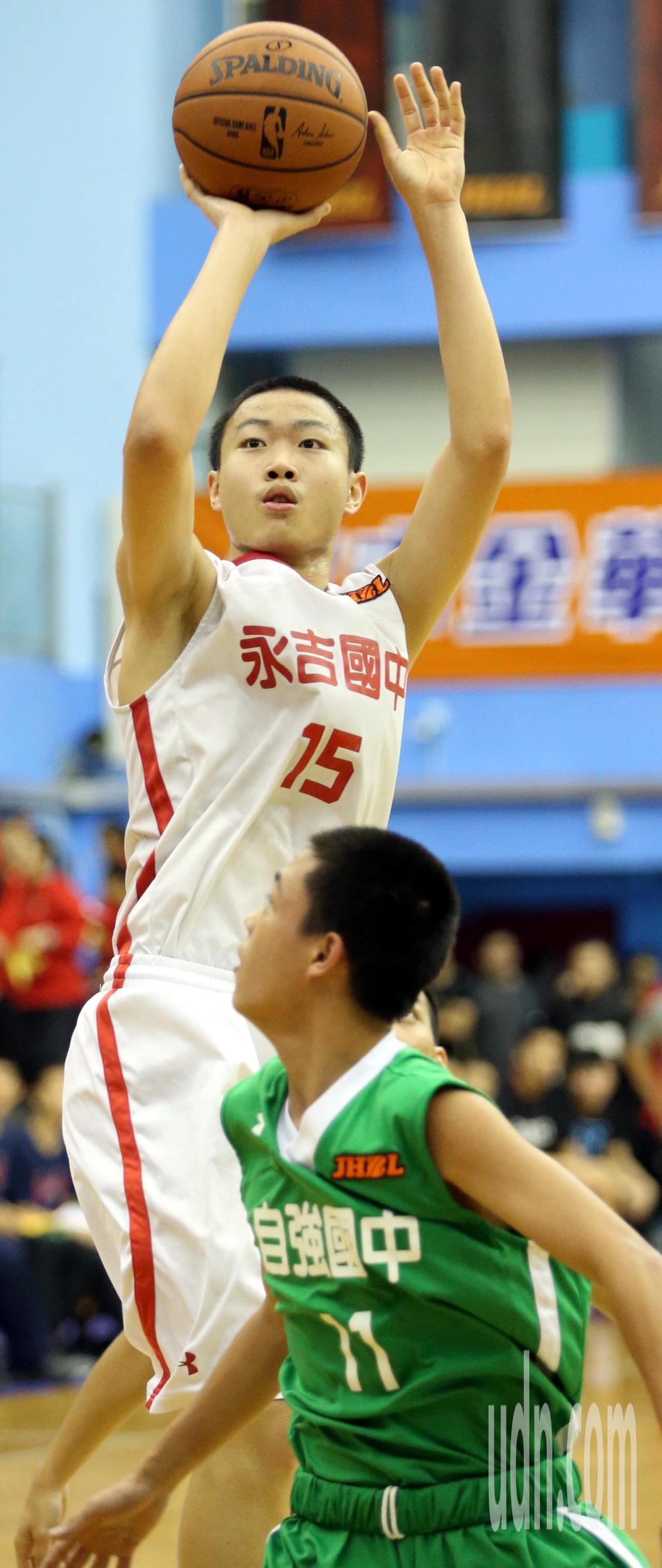 永吉國中陳佳煒(左)拿下20分及16籃板。記者侯永全/攝影