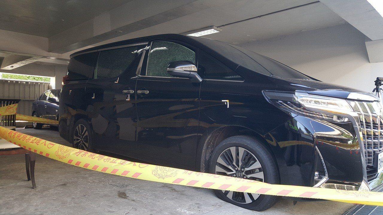 徐姓男子駕駛的車昨晚在國道三號苗栗通霄北上路段遭人開槍射擊,車子中了8槍。記者胡...