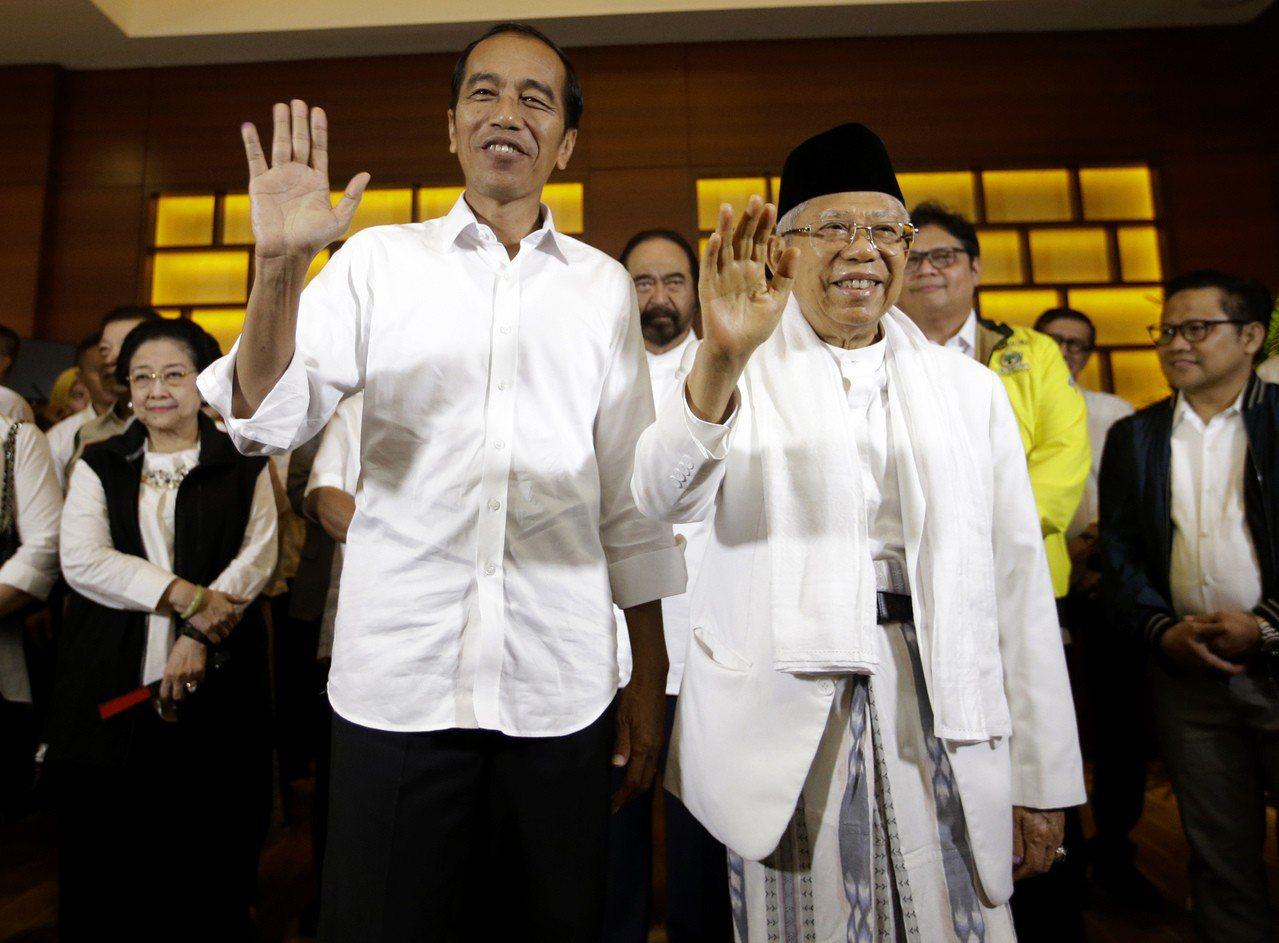 印尼總統佐科威(左)與競選搭檔阿敏17日向支持者揮手致意。美聯社