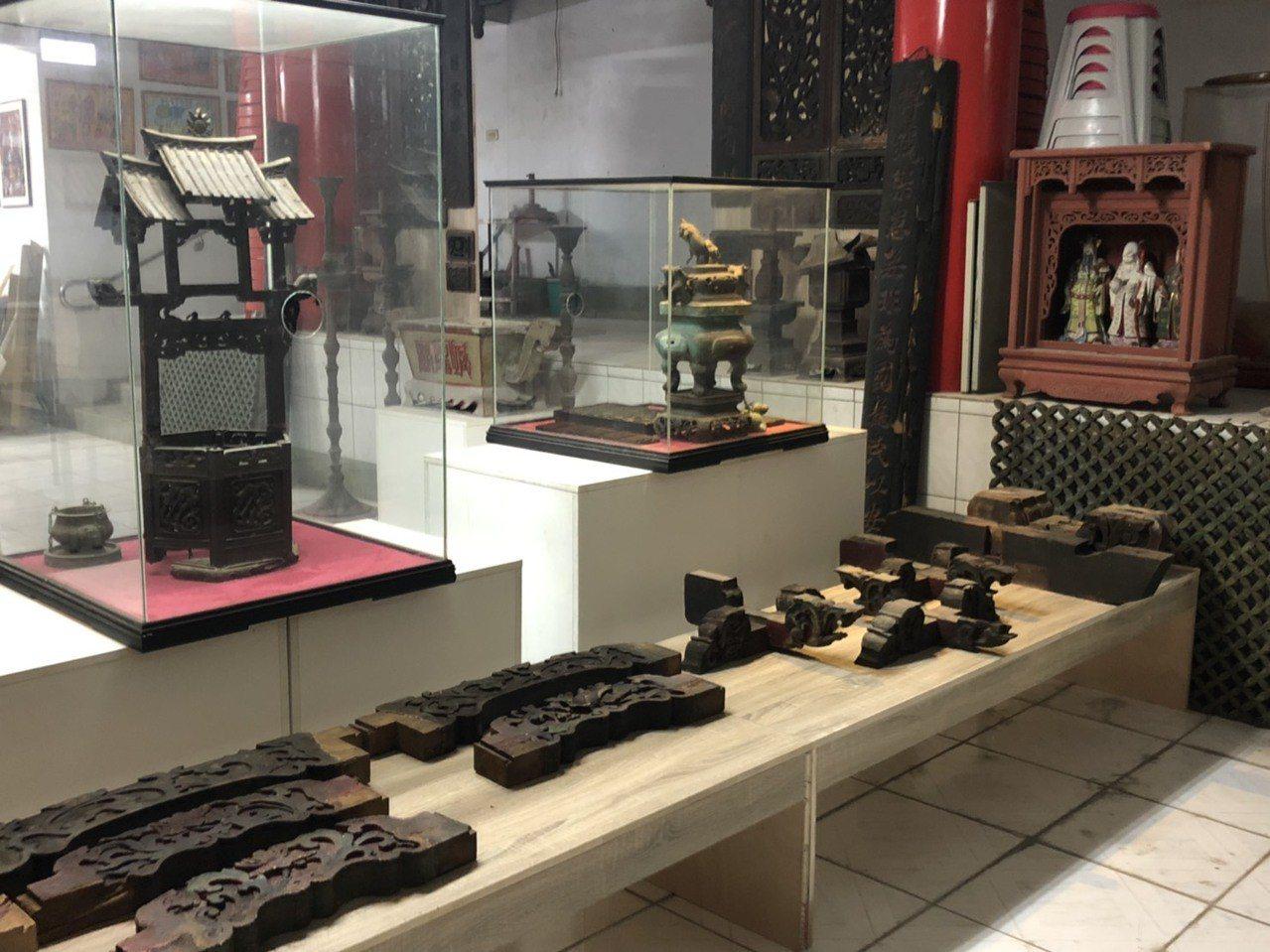 「金門浯島城隍廟典藏文物特展」,展出大量於1993年重建城隍廟時留存下的舊廟木構...