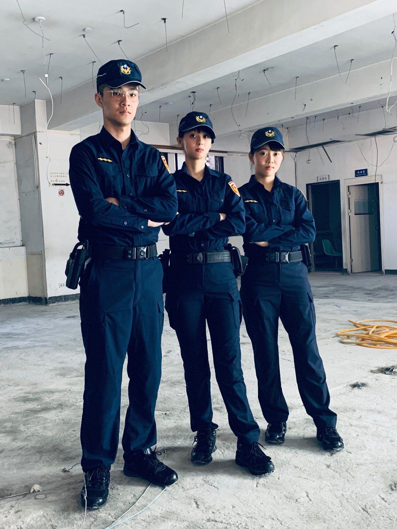 新北市警局新莊分局為展示新制服的高延展與靈活性,派出警員林柔均、李玟庭和陶建翔一...