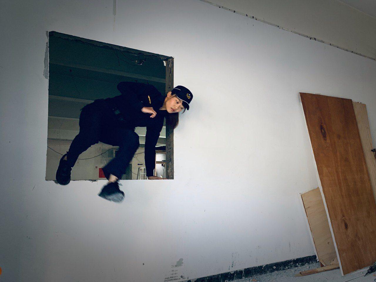 新莊警分局警員李玟庭說,穿著警察制服翻牆跨窗,完全難不倒他,呈現出新制服的高度延...