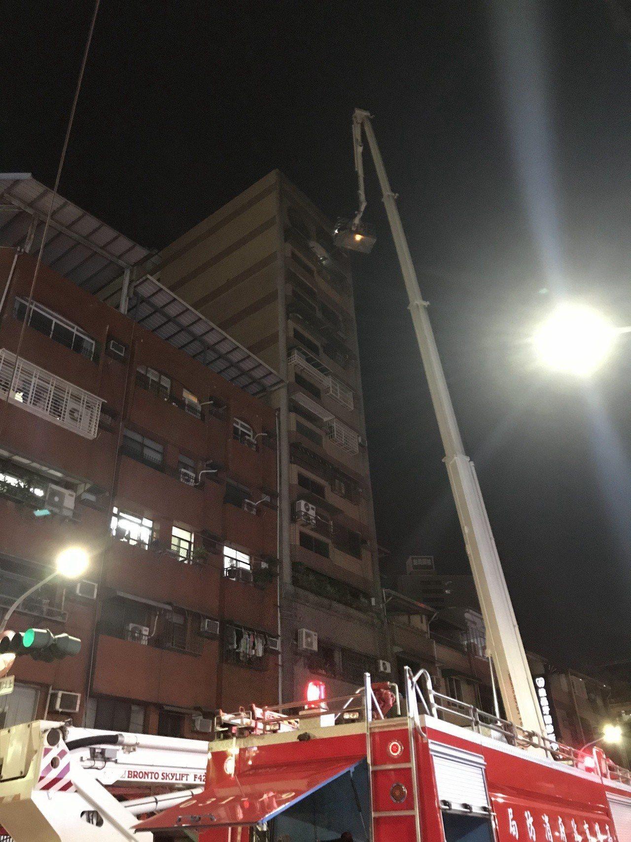 高雄苓雅一處12層大樓今晚傳出失火。記者林伯驊/攝影