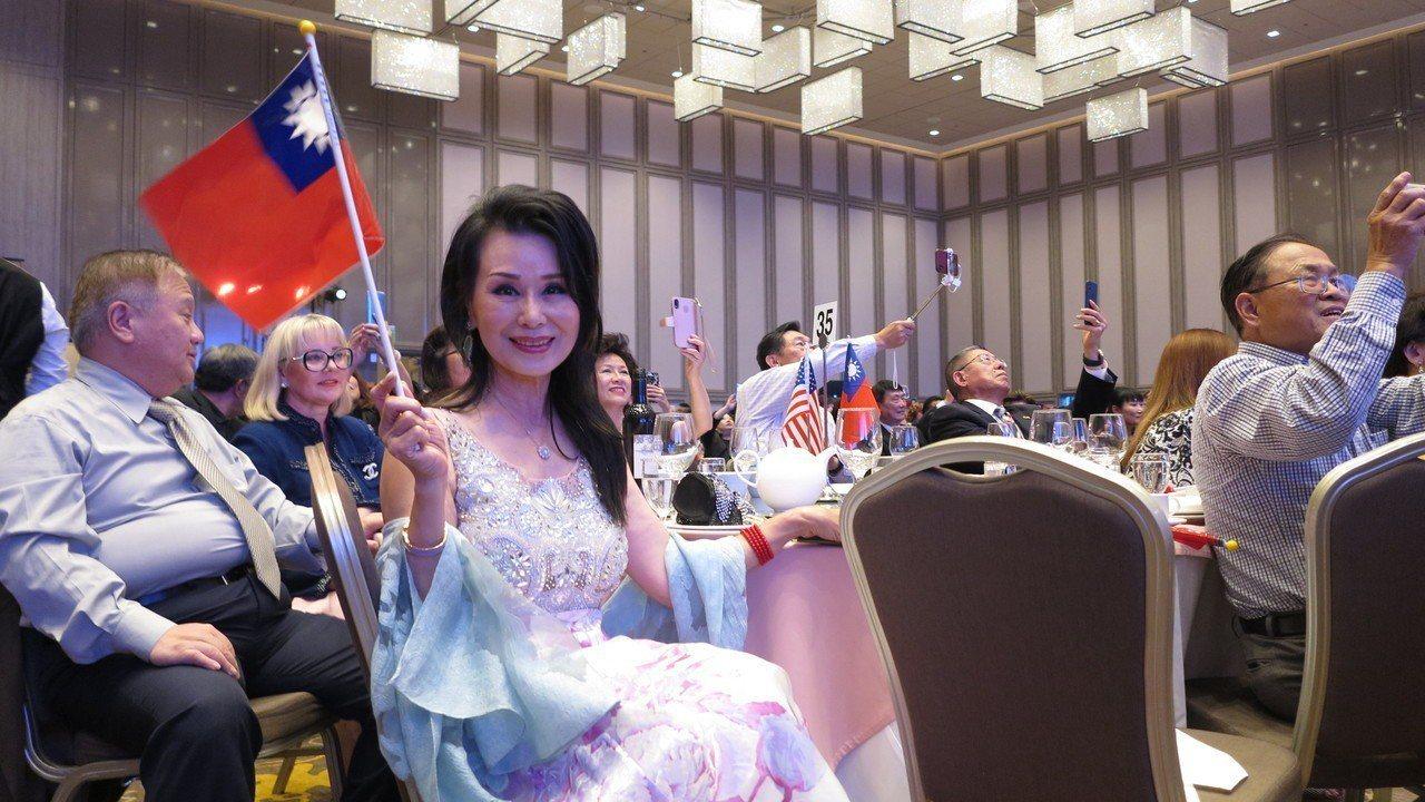 資深藝人張琍敏參加洛杉磯僑宴,手中揮舞著國旗,她說,若韓國瑜參選總統,「我不只回...