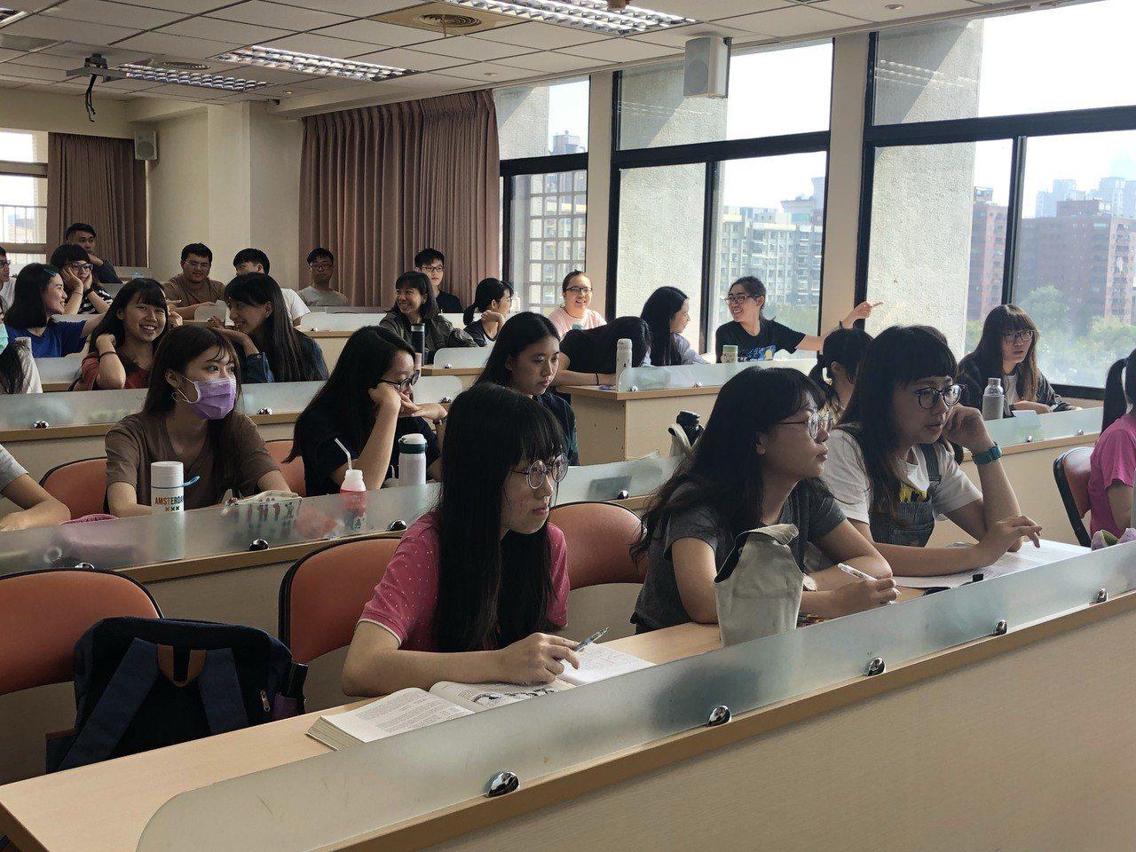 台灣學生因家庭經濟及城鄉差距,英語能力呈現「雙峰」現象,該現象更延伸到大學,大一...