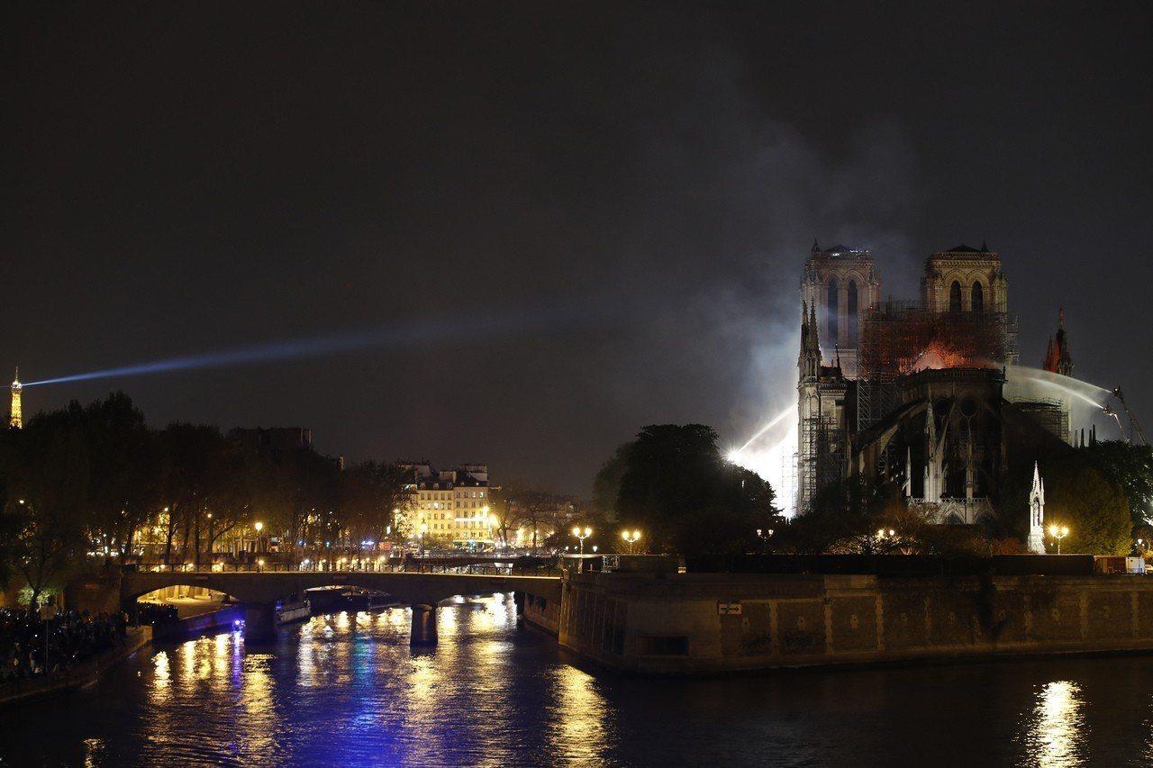 巴黎消防隊否認救火慢半拍。美聯社