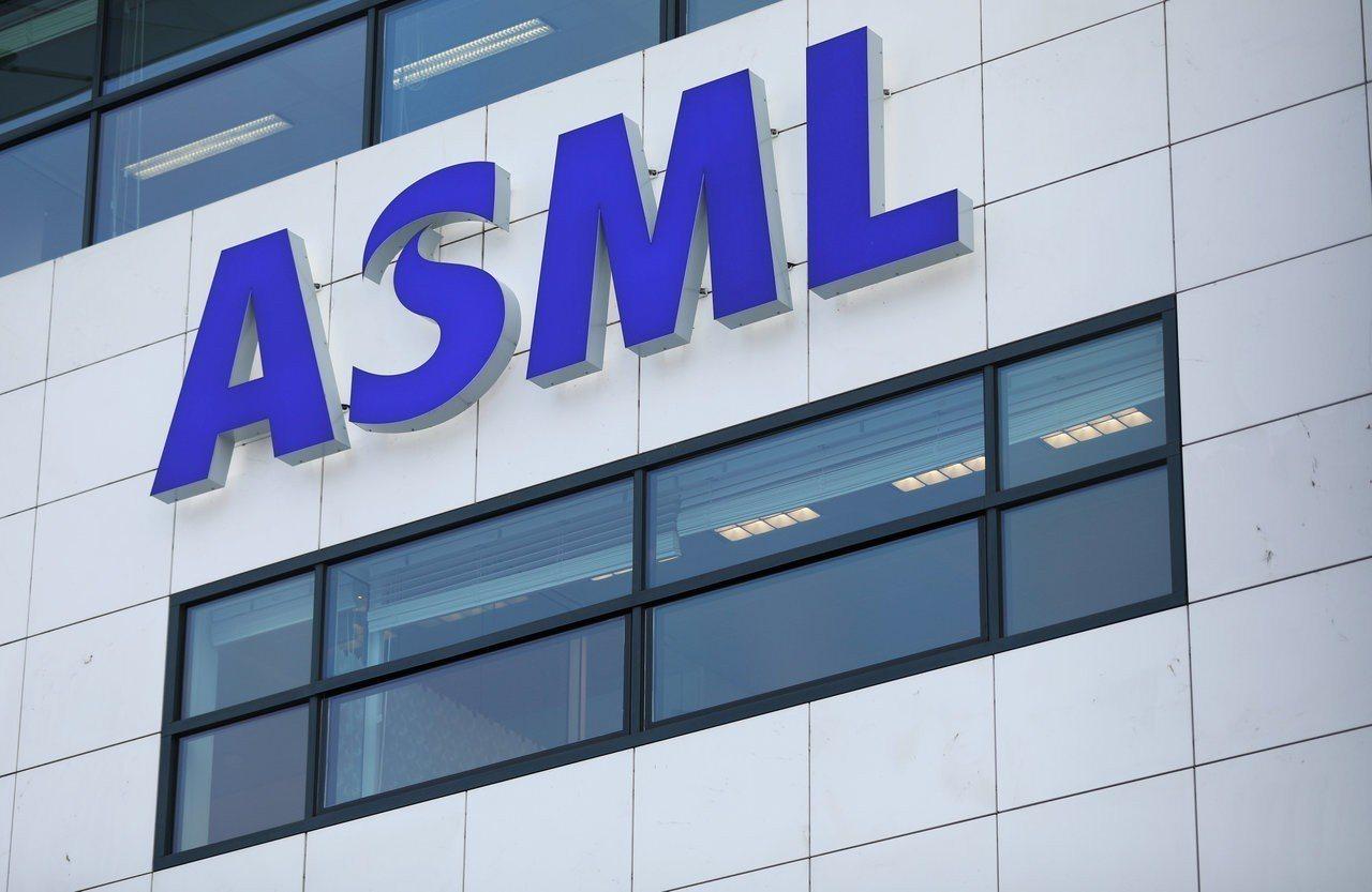 荷蘭晶片設備大廠ASML公布財報,表示上季微影設備出貨超乎預期。 路透