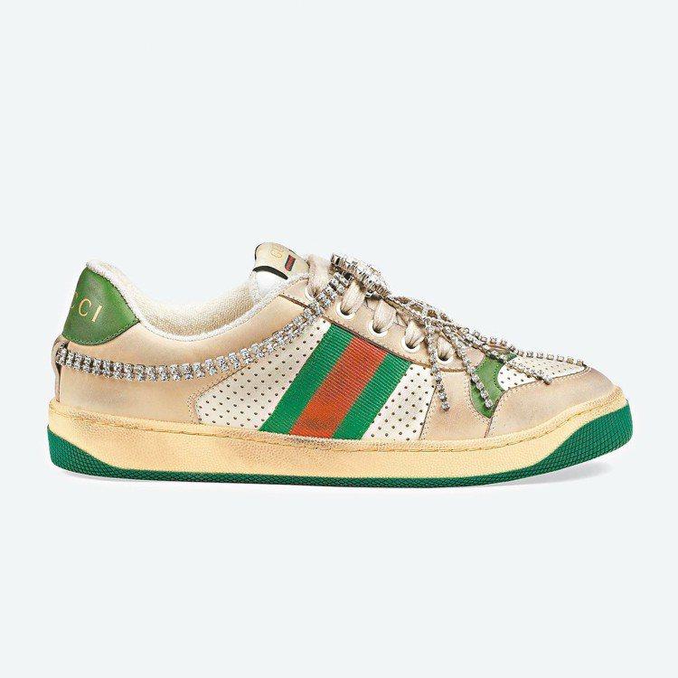 鞋面一律由義大利工匠師傅手工經過兩次染色的刷舊效果、磨砂處理打造出仿舊感,鞋身上...