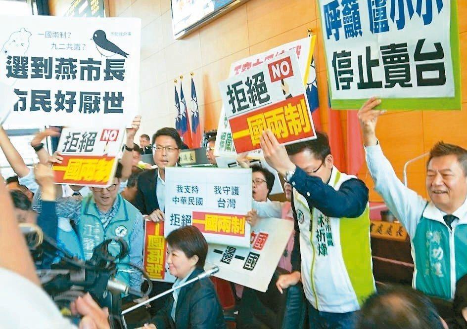 台中市議會藍綠議員爆口角,議事一度中斷,市長盧秀燕(圖坐者)面對雙方包圍還出手勸...