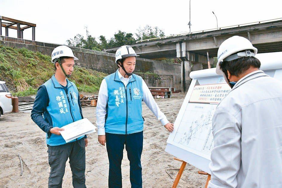 花蓮市長魏嘉賢(左二)昨視察3號橋施工情形。 記者王思慧/攝影