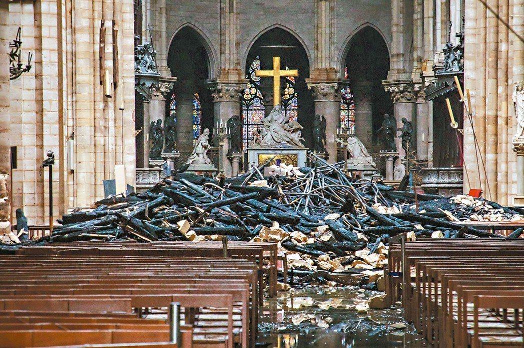 巴黎聖母院大殿損壞嚴重,圖為燒穿的屋頂坍塌在聖壇前。 美聯社