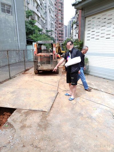 桃園區有民眾騎車經過汙水下水道工區,因鐵板摩擦力不足打滑,手部受傷。 圖/市議員...