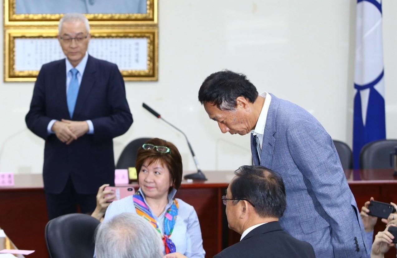 郭台銘(右一)昨出席國民黨中常會,他向蔣經國遺像行三鞠躬禮。 記者陳柏亨/攝影