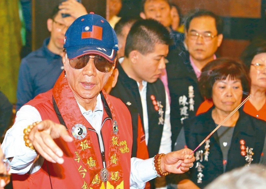 確定參選總統的鴻海董事長郭台銘(左)昨上午到慈惠宮參拜,他說前幾天媽祖託夢給他,...