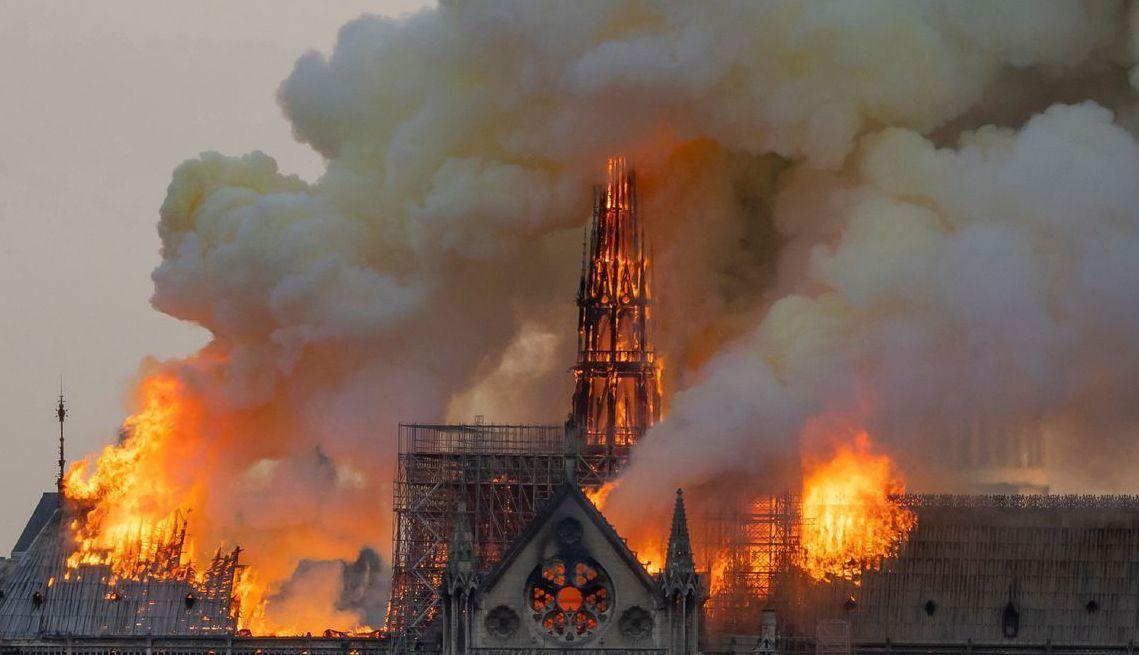 有850年歷史的巴黎聖母院15日晚上發生大火。 (法新社)